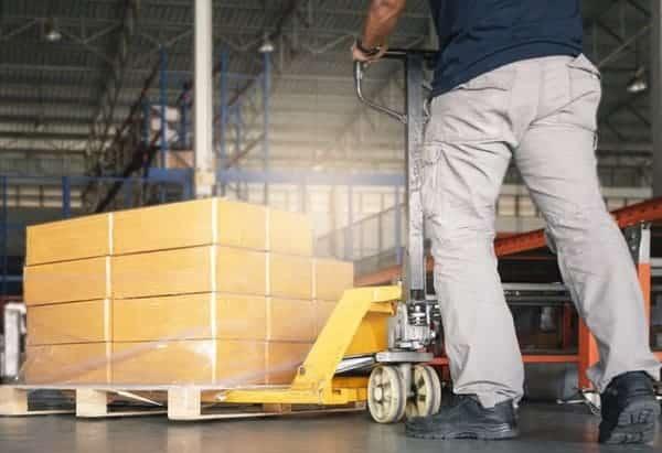 คนงาน-กับ-รถลาก-แฮนด์พาเลท-ขนส่งสินค้า-ในโกดัง